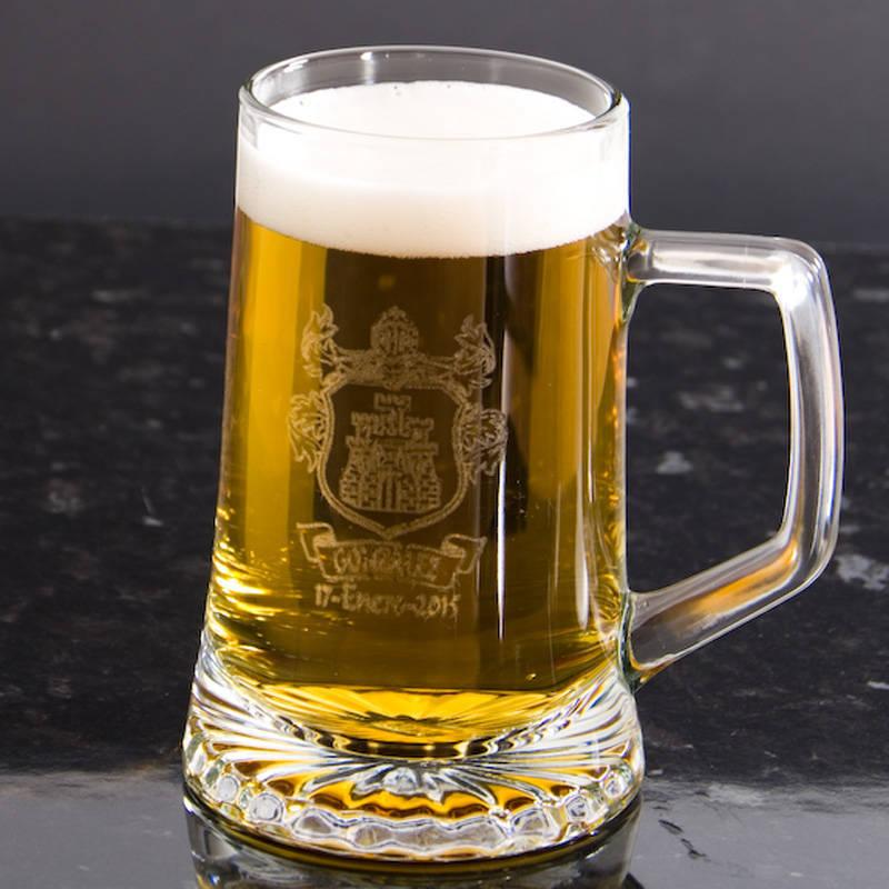 jarra de cerveza con logo grabado